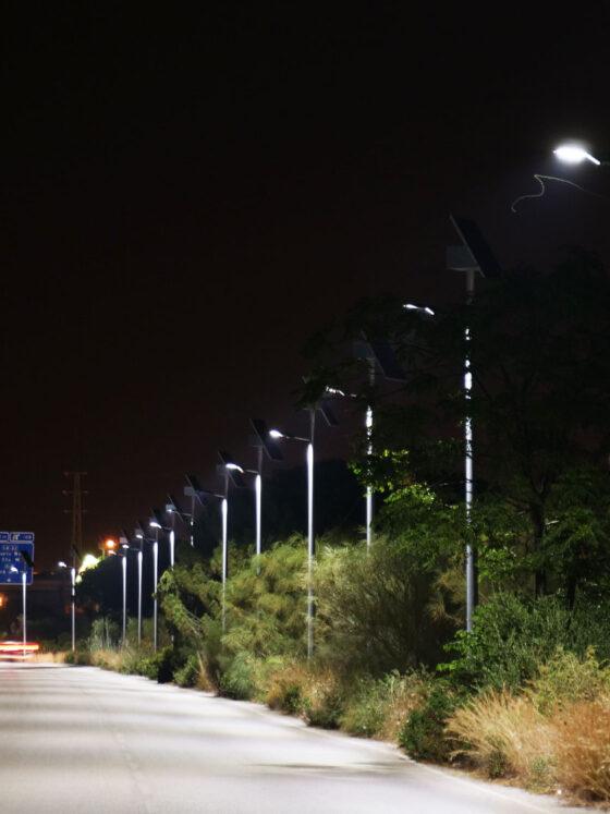Desmontaje, suministro e instalación de farolas solares en la Avenida de la Universidad - Moneleg