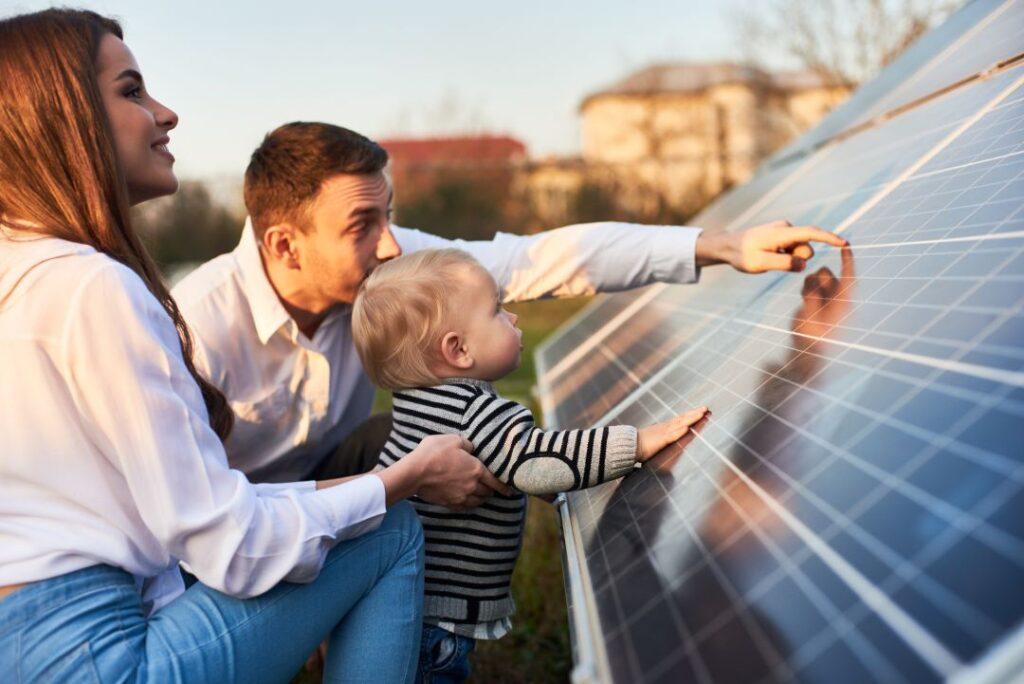 Familia con placas solares